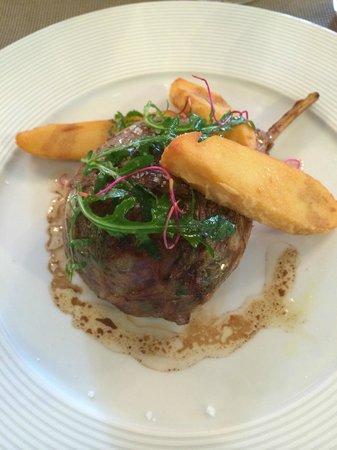 Hostellerie les Frênes : la côte d'agneau farcie aux légumes de Provence, cabécou fondant, jus tranché à la noisette