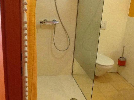 City Hotel Ljubljana: Shower cabin in room 307