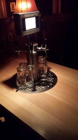 The Pub: tavolo equipaggiato di schermo per ordinare e per AUTOriempirsi il boccale di birra!