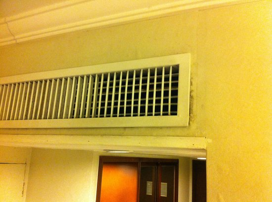 Nathan Hotel : Dirty broken air con