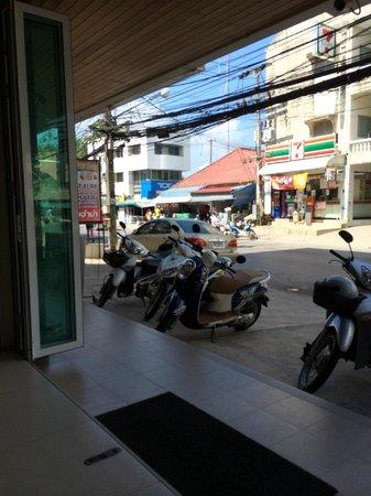 Patong Voyage Place: フロントというか玄関からの眺め