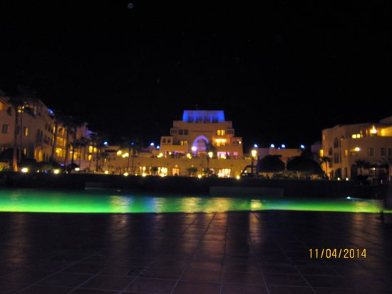 Radisson Blu Tala Bay Resort, Aqaba: The Hotel at night