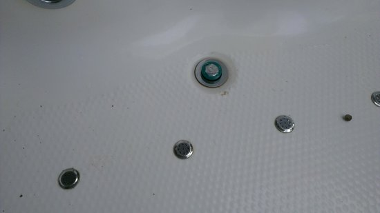 Wayanad Silverwoods: Jacuzzi leak fixed with insulation tape !!