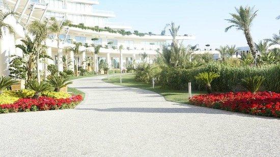 Maxx Royal Belek Golf Resort: Общий вид отеля, дорога к летней террасе ресторана