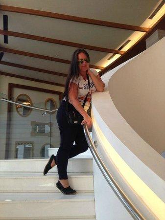 Kaya Palazzo Golf Resort: Я на лестнице у лобби бара
