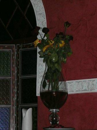 Restaurant El Bahia : Half Dead flowers in murky old water