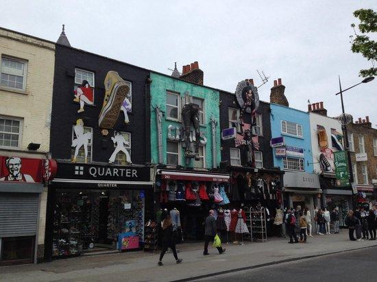 Camden Market: Längst med gatan i Camden town finns mycket att titta på...