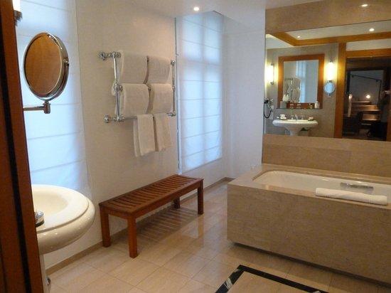 Hyatt Paris Madeleine: The huge bathroom
