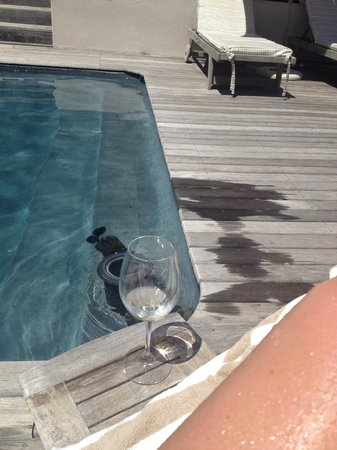 Atlantic House: Chillin with wine by the pool