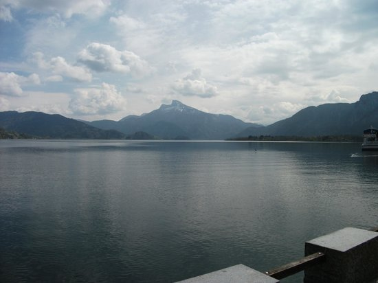 Klimesch Pension: view of Schafberg from the beach of Mondsee