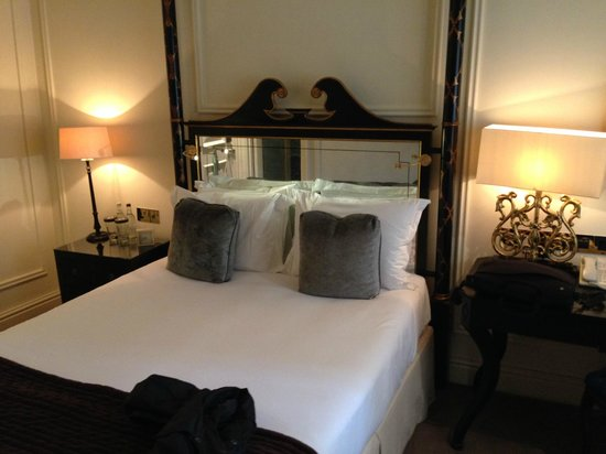 The Kensington Hotel: bed, queen