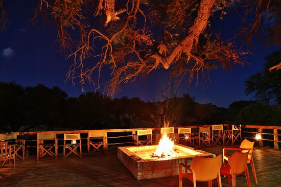 Mogothlo Safari Lodge: Deck at night