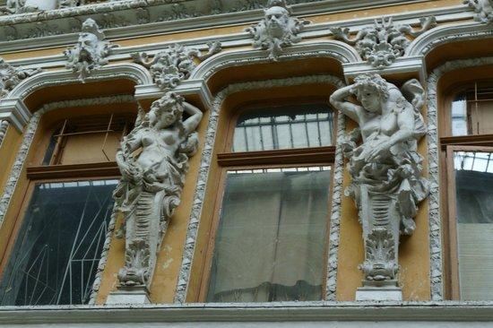Passage: Exterior decorations