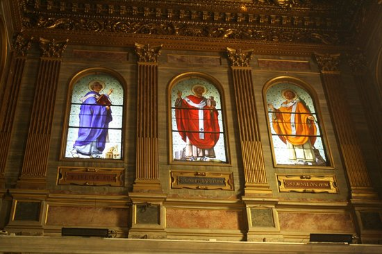 Santa Maria in Trastevere: Beautiful stained glass above entrance