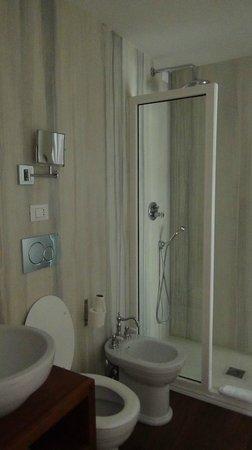 Relais Terme di Tito : Salle de bain mal agencée avec meuble accolé au WC