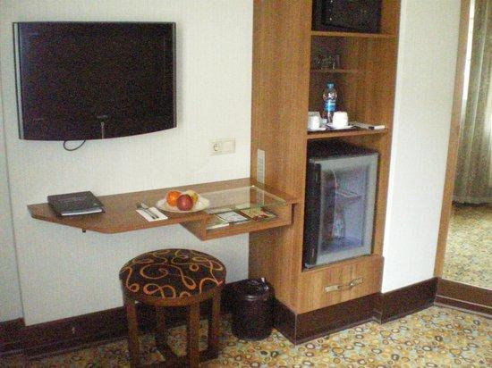 Konak Hotel: Телевизор, столик для работы, мини-бар