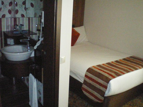 Konak Hotel: Вид на ванную и спальню