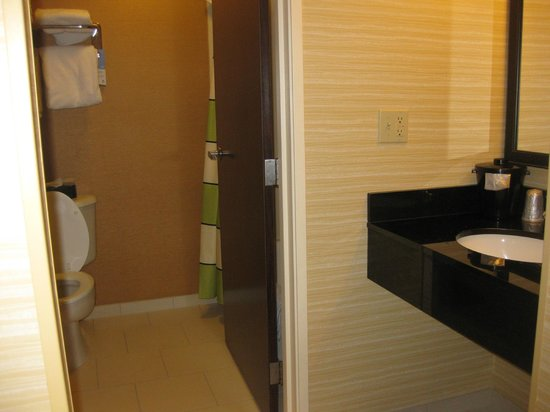 Fairfield Inn & Suites Chicago Southeast/Hammond: Tub/toilet, sink on outside