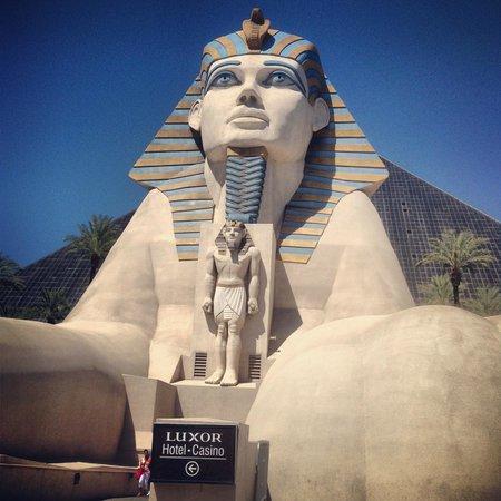 Luxor Las Vegas: Exterieur de l'hôtel