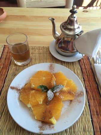 Jemaa el Fna: salade dorange et the a la menthe de la place