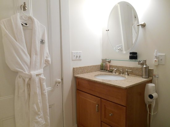 Bayberry House Bed & Breakfast : Boutique amenities in the Lilac Room