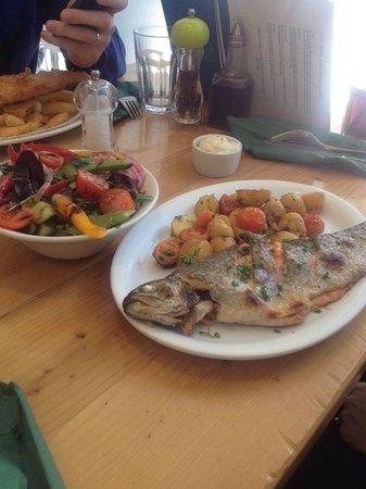 The Sea Tree : Truta assada com legumes e salada
