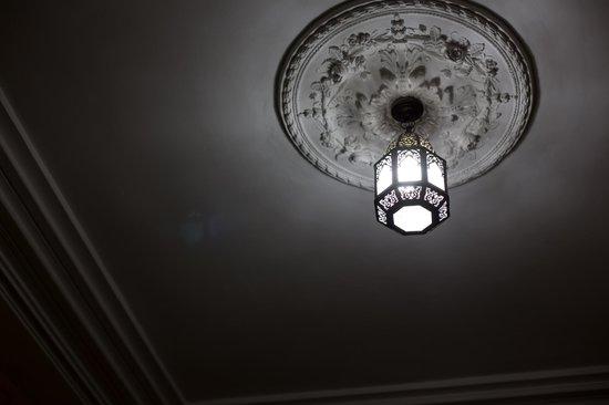 Hotel Bab Boujloud : Деталь интерьера. Потолки высокие