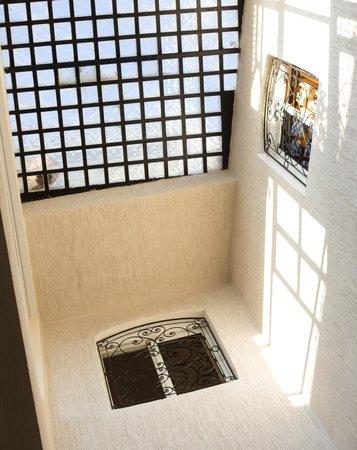 Hotel Bab Boujloud: Отель построен по принципу классического марроканского дома с центральным световым колодцем