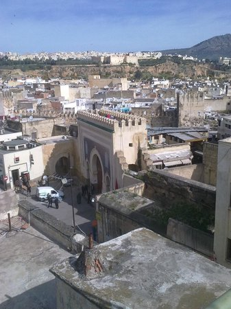 Hotel Bab Boujloud: Вид на ворота с террасы
