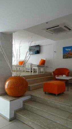 Les Palmiers Beach Hotel: The trendy interior of the lounge