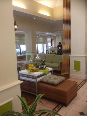 Hilton Garden Inn Beaufort: View from dining area towards main lobby