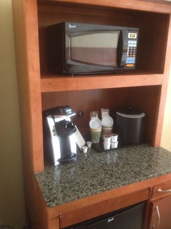 Hilton Garden Inn Beaufort: Microwave, coffee maker, and refrigerator provided in room is a very nice touch