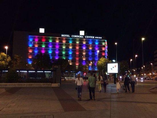 Hotel Cordoba Center : Fachada de noche