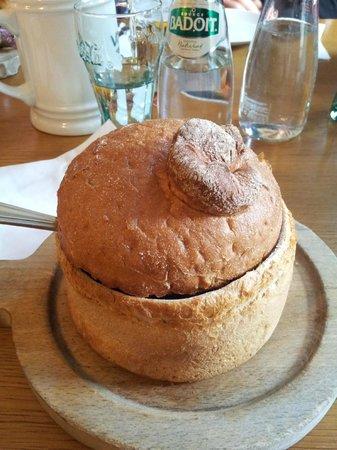 V Kolkovne Restaurant : contenitore in pane della zuppa