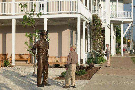 Peach Tree Inn & Suites: National Museum of the Pacific War is just 2 blocks away