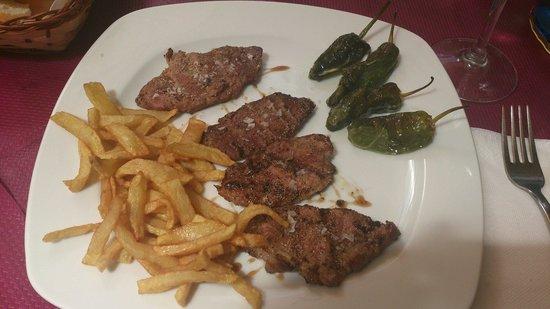 Meson Atalaya: Presa iberica con patatas caseras y pimientos del padron. La carne supertierna y jugosa. Buenisi