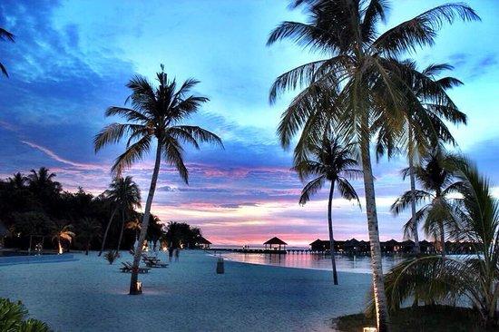 Maafushivaru: Tramonto dalla spiaggia principale