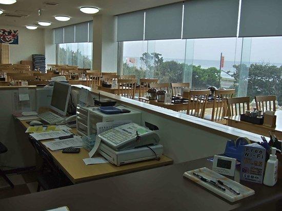 Omaezaki Syunsai: 奥が夕食、朝食会場で、手前がフロントです。
