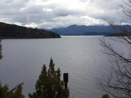 Lirolay Suites: Vista del lago Nahuel Huapi e Isla Huemul desde la habitacion