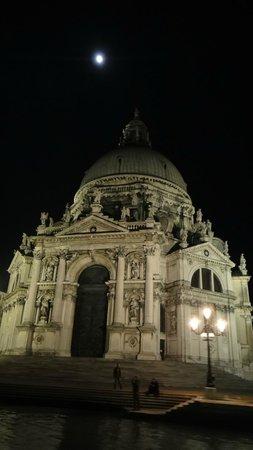 Basilica di Santa Maria della Salute: at night