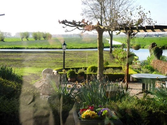 Molenaarsgraaf, Países Bajos: View from Common area overlooking garden and countryside