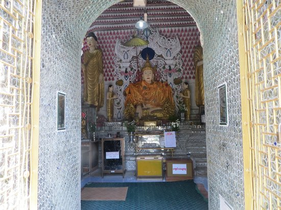 Sein Yaung Chi Pagoda : One of several Buddhas