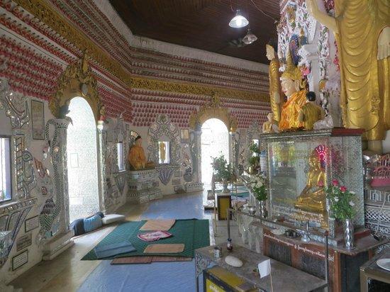 Sein Yaung Chi Pagoda: Colorful