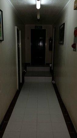 Skylight Hotel: Dark corridor