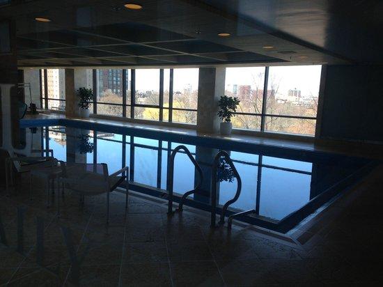 Four Seasons Hotel Boston: Pool and hotub area  overlooking city on 8th floor
