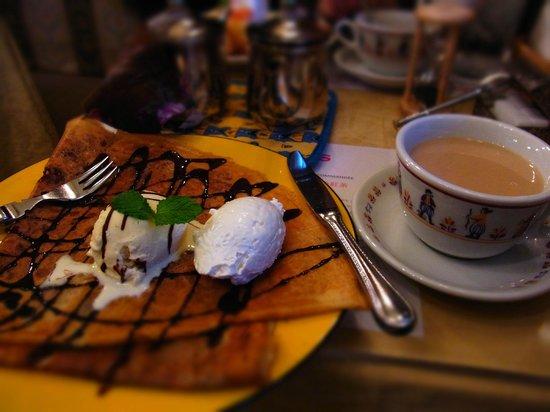 creperie  Alcyon : チョコとヘーゼルナッツとアイスクリームのクレープ生クリーム添え