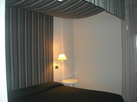 Hotel Gran Paradiso: Camera con letto a baldacchino.
