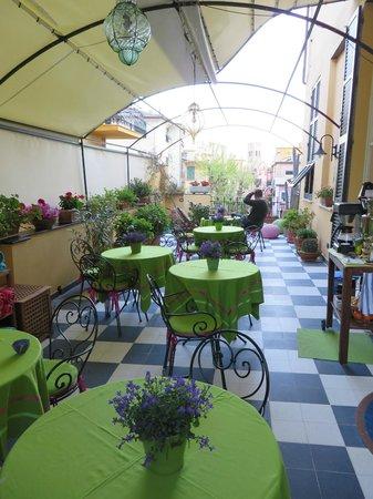 Locanda Il Maestrale: Hotel Terrace overlooking Via Roma, Monteroso