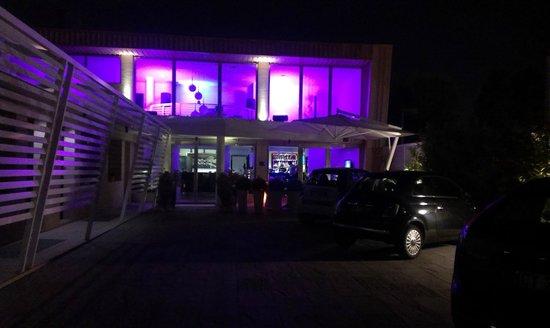 JC Hotel: esterno dal parcheggio,quelle sulla sinistra sono le camere, sono tutte esterne.