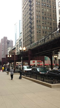 Silversmith Hotel Chicago Downtown: The sidewalk on South Wabash